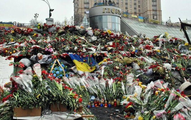 The day after dozens of protesters were shot by the riot police in central Kyiv during Euromaidan protests in 2014, people started bringing flowers to honor the fallen. Photo: podrobnosti.ua