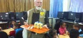 حملة الوفاء الأوروبية توزع الفواكه والحليب للأطفال في مركز الأيواء بمدرسة صفد في منطقة ركن الدين في دمشق