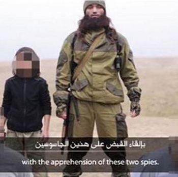 Criança ao lado de um combatente do Estado Islâmico, num vídeo onde é filmada a disparar sobre dois homens, supostos espiões russos