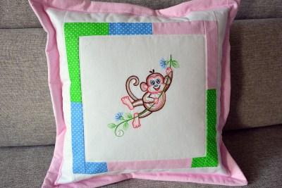 Růžový polštářek s opičkou