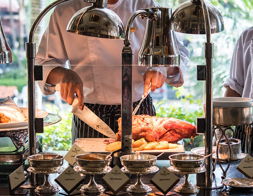 Der serveres også varm mad til High Tea Buffeten