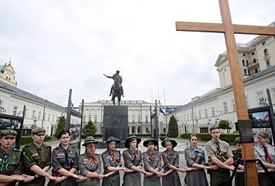 Warszawa, kwiecień 2010, Krzyż Smoleński postawiony przez warszawskich harcerzy.