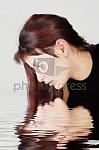 femme qui se mire dans l'eau