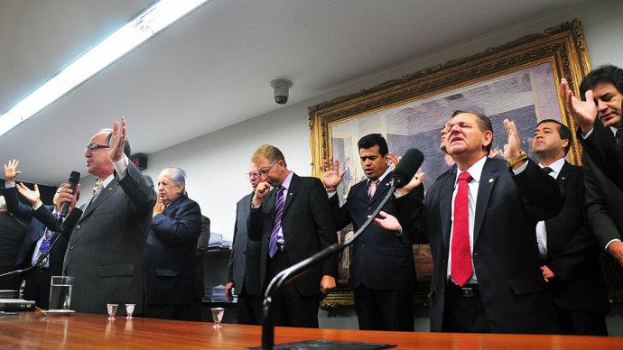 brasil-deputados-camara-oracao-20120215-01-original