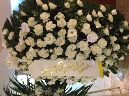 Uma das quatro coroas de flores da capela
