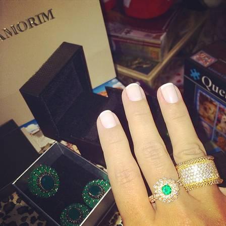 As joias de esmeralda e brilhantes que o ministro deu