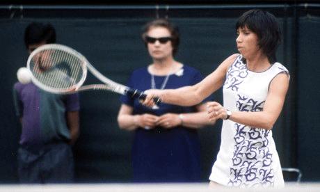 Rosie Casals spiller tennins i en Virginia Slims dekorert drakt