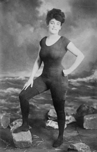 Annette Kellerman kjemper for retten til å ha badedrakt i et stykke (senere arrestert), 1907