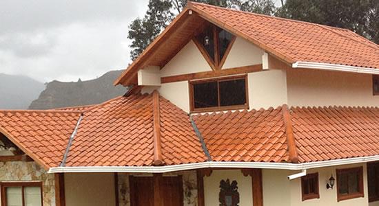 12 bonitas fachadas de casas con tejas fachadas de casas for Techos modelos
