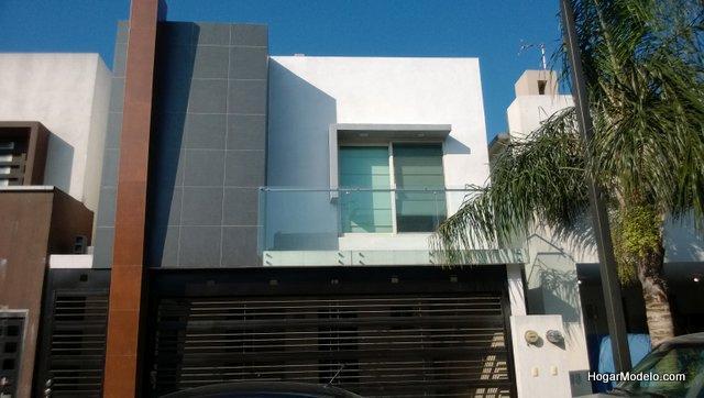 12 hermosas y modernas fachadas de casas con balc n for Modelos de balcones modernos para casas