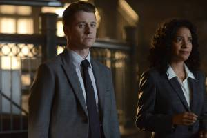 GOTHAM: (L-R) Gordon (Benjamin McKenzie) and Captain Essen (Zabryna Guevara)  in the Rise of the Villains: ÒKnock, KnockÓ episode of GOTHAM airing Monday, Sept. 28 (8:00-9:00 PM ET/PT) on FOX. ©2015 Fox Broadcasting Co. Cr: Nicole Rivelli/FOX.