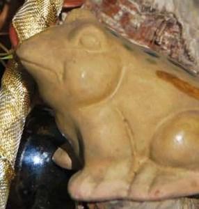 Ein aus Ton gebrannter Frosch