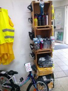 Trinkflaschenregal oben, stauraumoptimierte Regenbekleidung unten