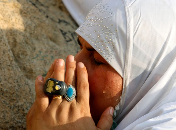 A Muslim pilgrim prays on Mount Mercy on the plains of Arafat during the annual haj pilgrimage, outside the holy city of Mecca, Saudi Arabia September 11, 2016. REUTERS/Ahmed Jadallah