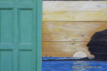 Una ventana conduce a un paisaje en una pared
