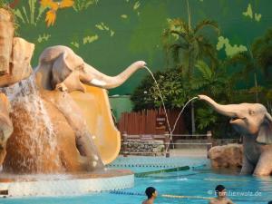3 Tage Bangkok - Zwischen Raserei und Ruhe - Schwimmbad in der Mall Bangkapi