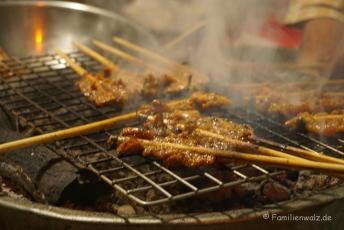 Dinner an einer Straßenecke in Hoi An