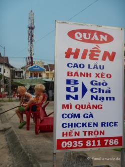 Zwei Fischer am Straßenrand in Cua Dai Beach in Hoi An