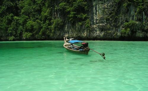 Lone boat on a beautiful sea