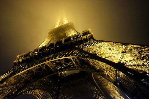 The Eiffel Tower dissapears into the fog