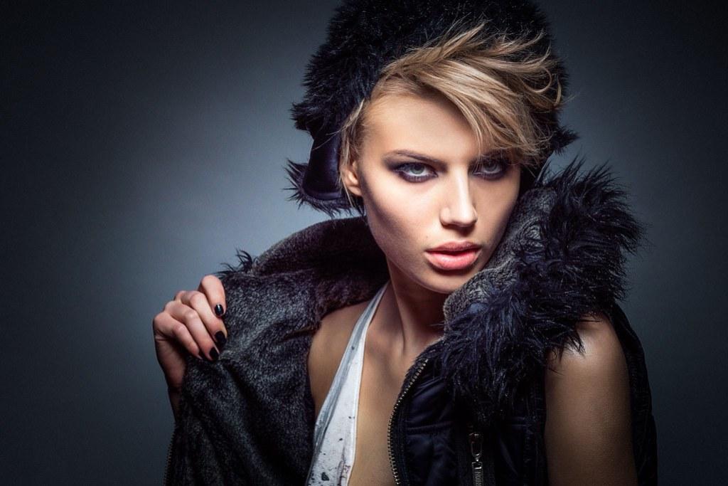 Imagen gratis de una modelo rubia posando con chaqueta