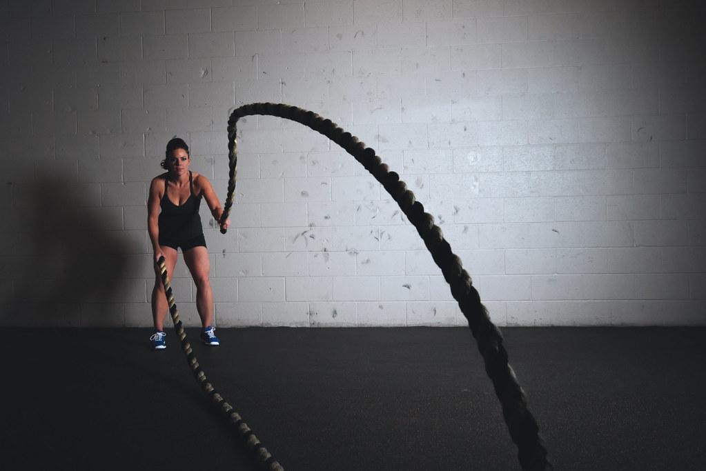 Imagen gratis de chicas culturistas entrenando en un gimnasio
