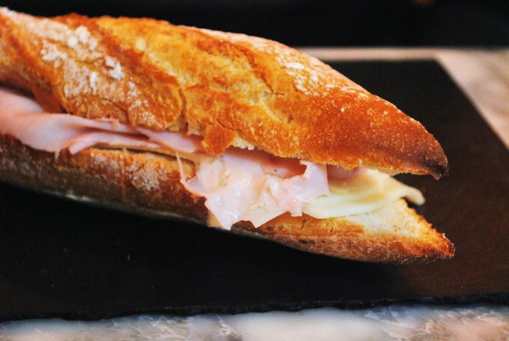 Imagen gratis de un bocata de jamón y queso