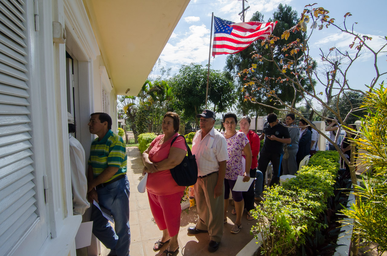 Los habitantes del pueblo de Acahay y de otras comunidades lejanas forman fila bajo el implacable sol frente a la clínica, a pesar de la estación de invierno. Todos quedaron muy conformes con el comportamiento del clima en la semana de la misión. (Elton Núñez)