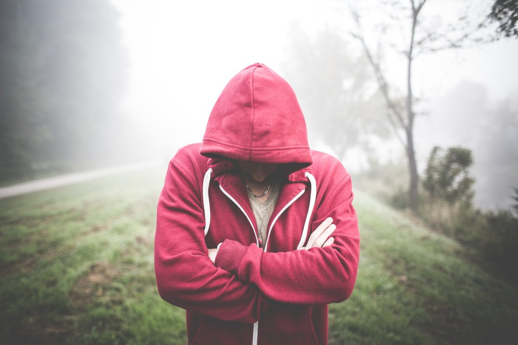 Imagen gratis de un chico con sudadera roja sobre la niebla