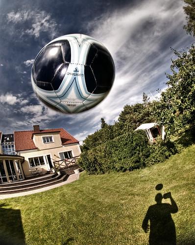 Soccer in the garden, en Flickr