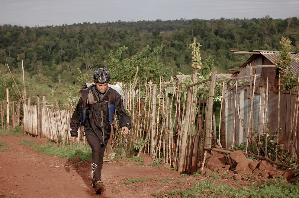Victor Morel del equipo EXPY llegando primero al ultimo PC para registrar la llegada como segundo puesto a la meta en Ciudad del Este, a pocos metros de la orilla del Río Paraná. (Elton Núñez - Ciudad del Este, Paraguay)