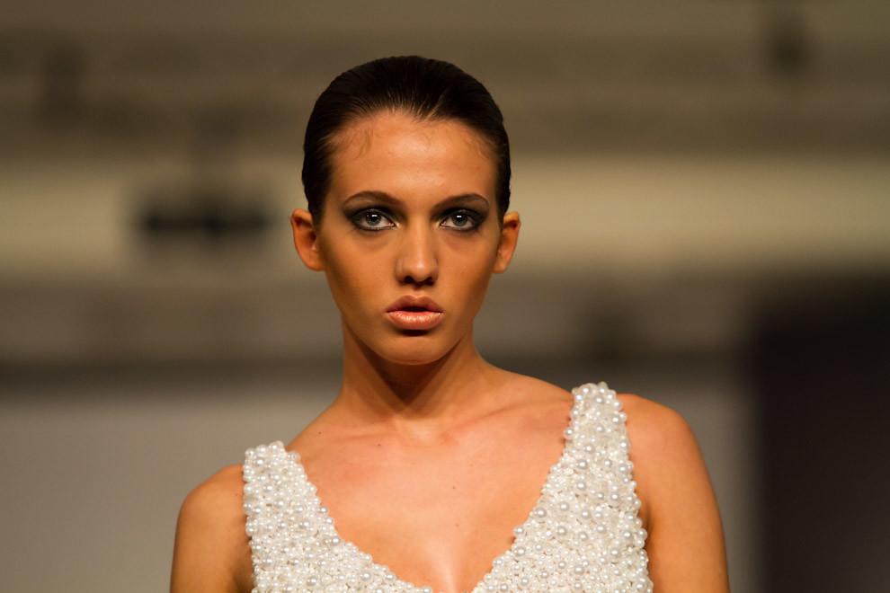 Ana Chase exhibe una de las nuevas creaciones de Javier Saiach en Paraguay Alta Moda. (Tetsu Espósito - Asunción Paraguay)