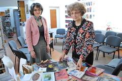 Sectia imprumut carte adulti Biblioteca Roman, bibliotecar Enea Doina şi Emilia Ţuţuianu