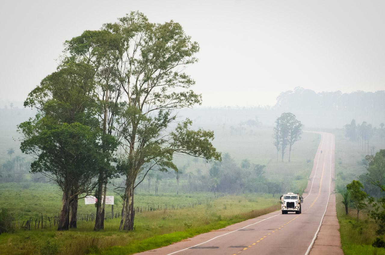 La neblina se va disipando a medida que transcurre la mañana en la Ruta 1 camino a San Ignacio, Departamento de Misiones. (Elton Núñez)