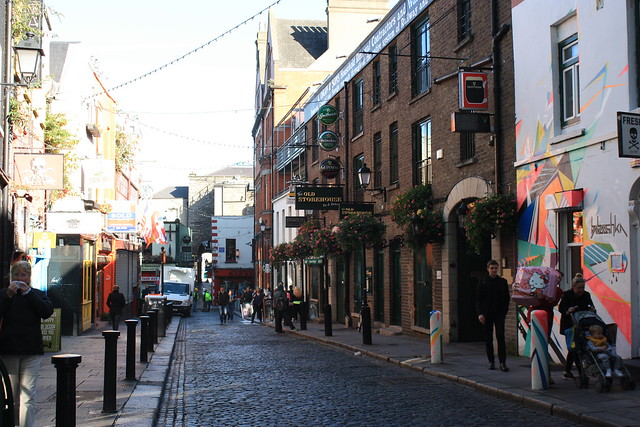 One of the many things to do in Dublin with kids: a stroll through Temple bar, Dublin city centre