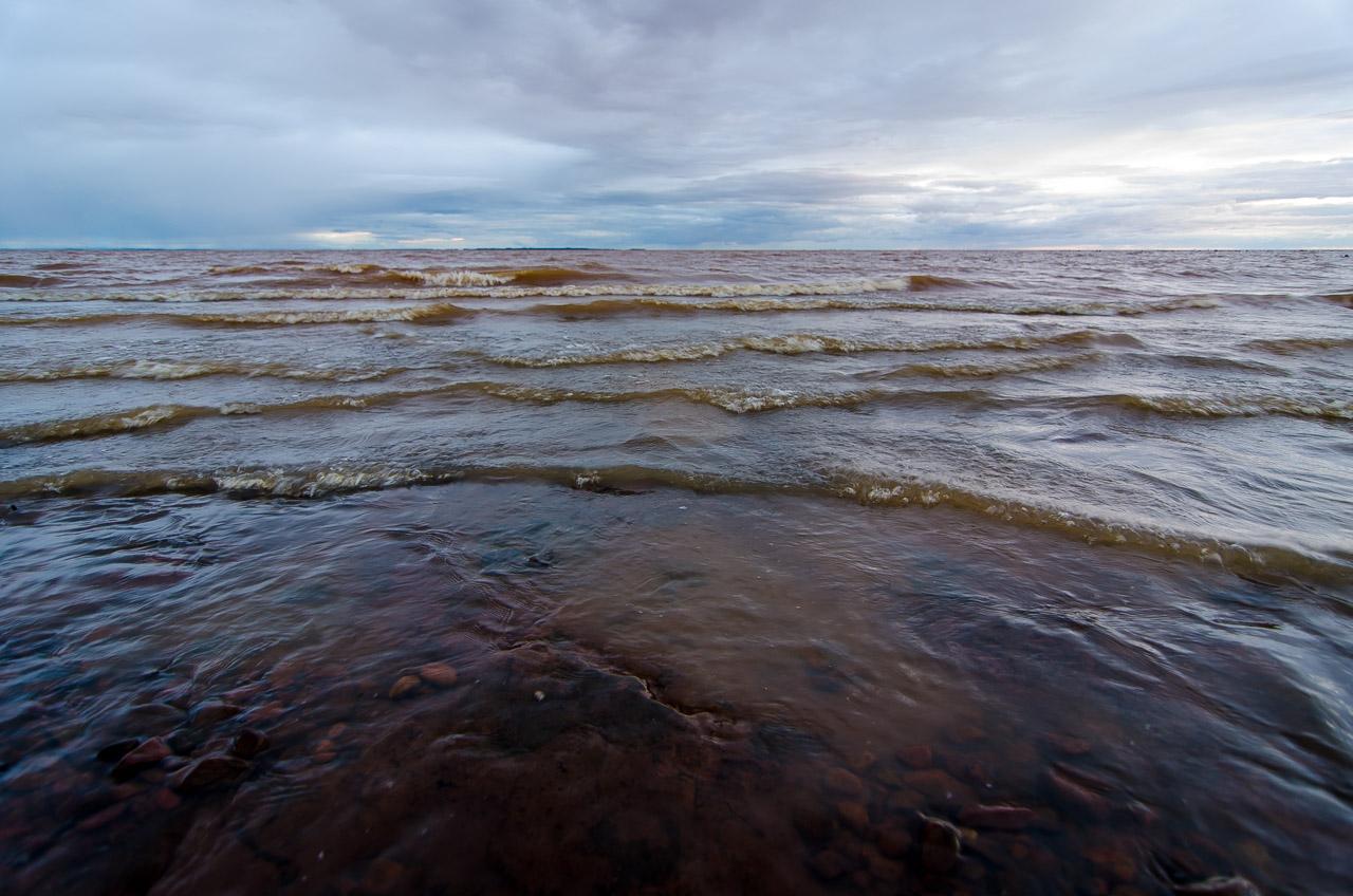 Aguas del río Paraná en una playa de San Cosme, con los vientos de dicha costa se producen oleadas frecuentes que dan una sensación de libertad y vasta naturaleza. (Elton Núñez)