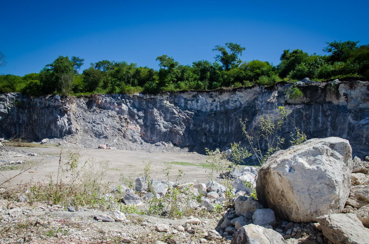 Una antigua cantera puede verse en la cima del monte camino a la caverna 54 en las afueras de la ciudad de San Lázaro. (Elton Núñez)
