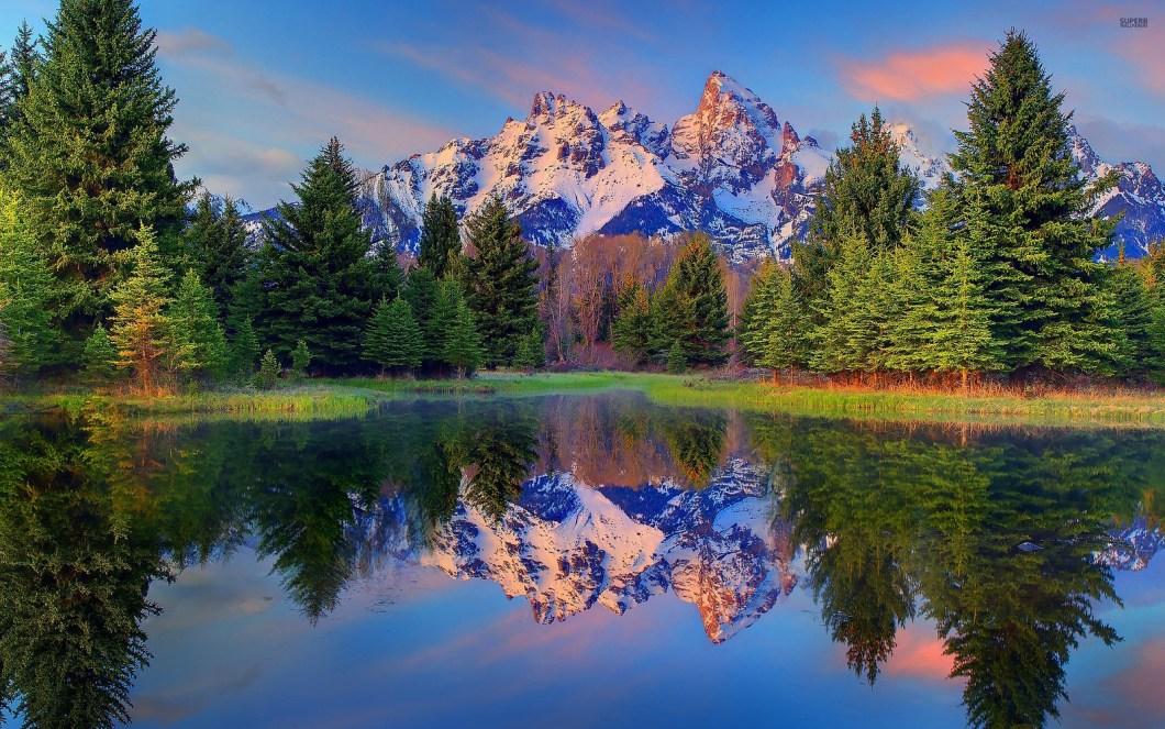 Imagen gratis de un bonito lago con las montañas de fondo