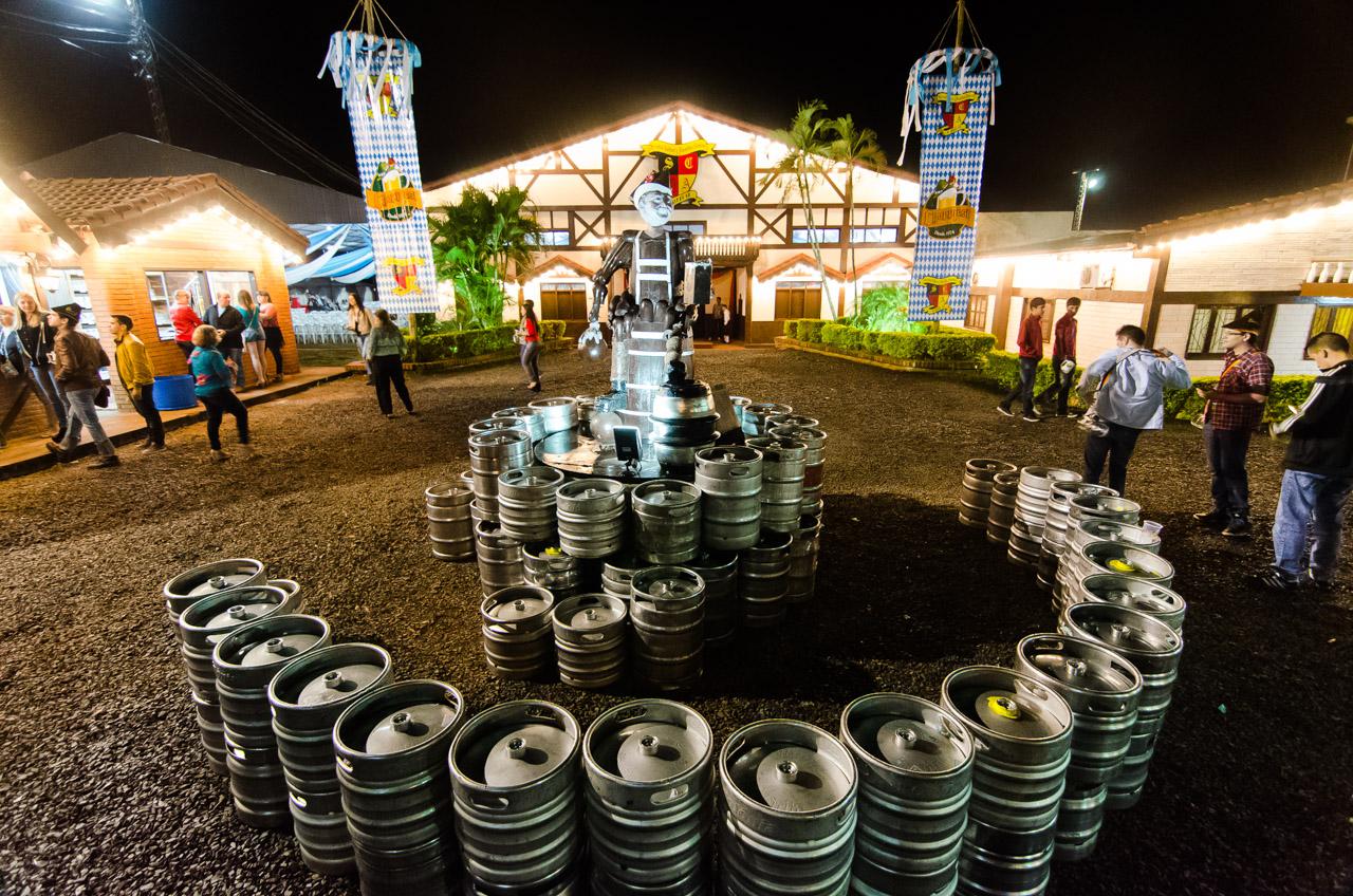 """Fachada principal del festival de la cerveza """"Chopp Fest 2015"""" en el Club Alemán de la Colonia Obligado, en el Departamento de Itapúa. (Elton Núñez)"""