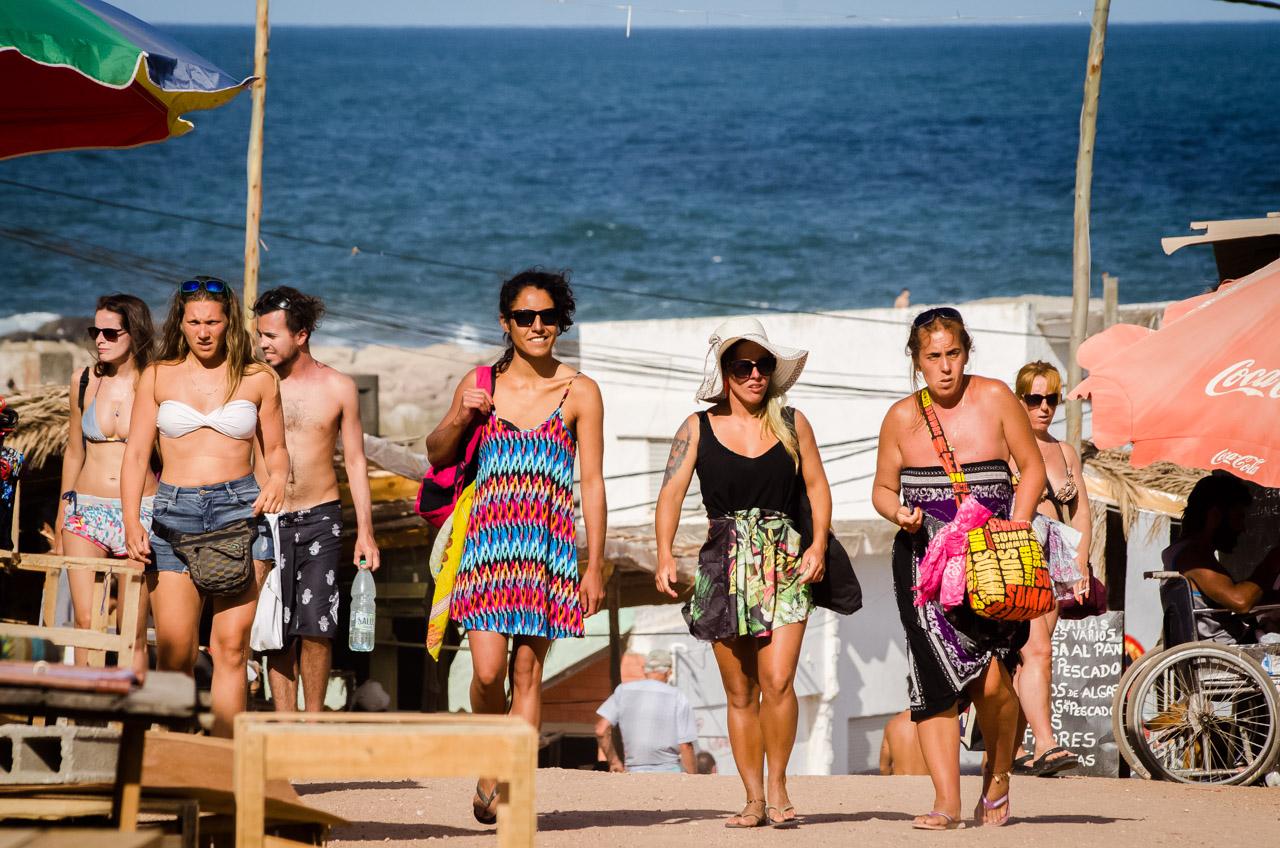 Turistas paseando por el centro de Punta del Diablo, donde se puede encontrar mayormente gastronomía y venta de artesanías. (Elton Núñez