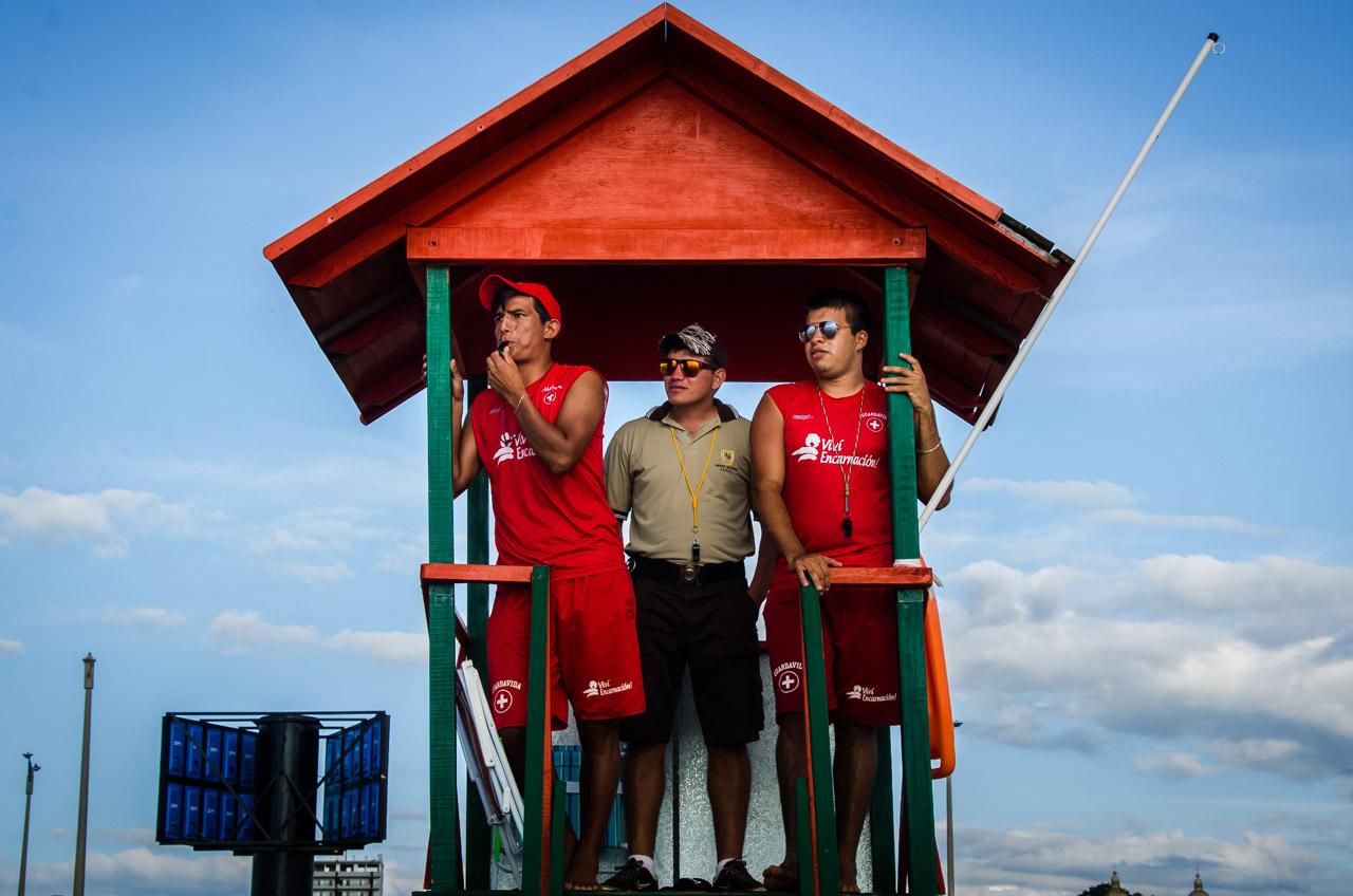 Los vigilantes de la playa San José utilizan el silbato para llamar la atención de los bañistas que violan las reglas de seguridad. Las mismas están establecidas para evitar accidentes o ahogamientos. (Elton Núñez)