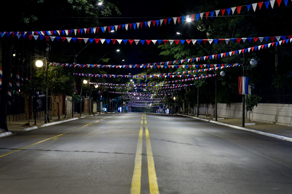 La Avenida Mariscal López, en horas de la madrugada del Jueves 12, ataviada con Banderas y Banderillas del Paraguay, en preparación para el desfile militar del día Sabado. (Tetsu Espósito - Asunción, Paraguay)