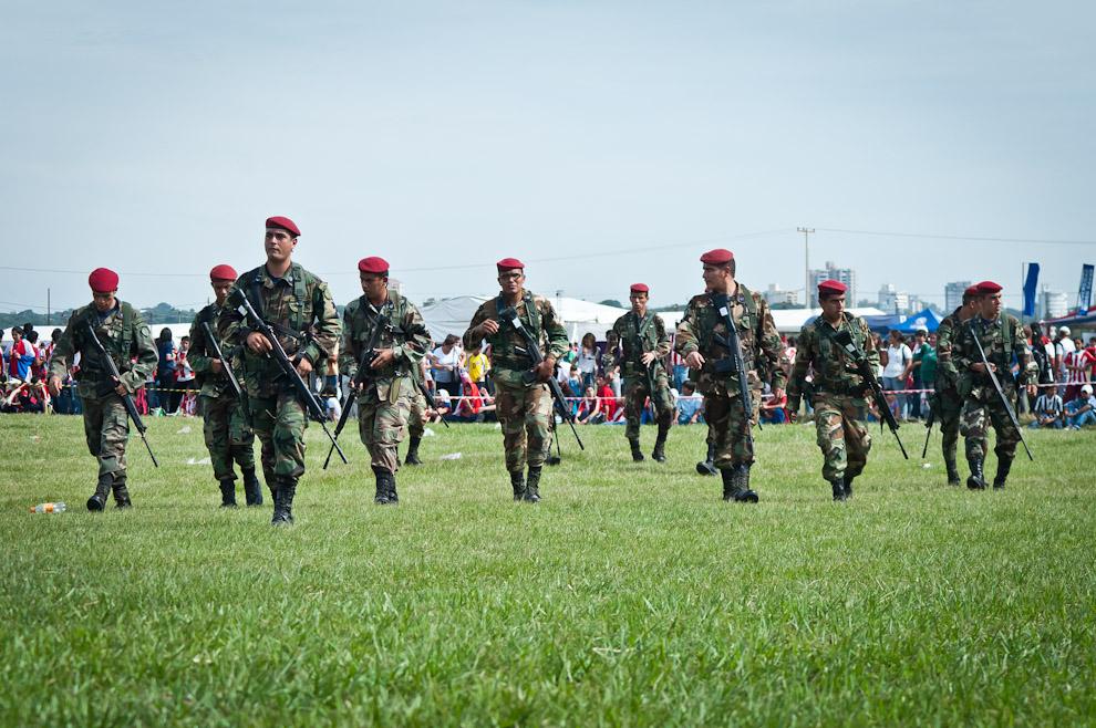 Los soldados boinas rojas se reunen para recibir instrucciones de su superior en cuanto al aseguramiento del perímetro así como el mantenimiento del orden en el predio de la Fuerza Aérea Paraguaya durante el evento Yvy Marane'y. (Elton Núñez - Asunción, Paraguay)