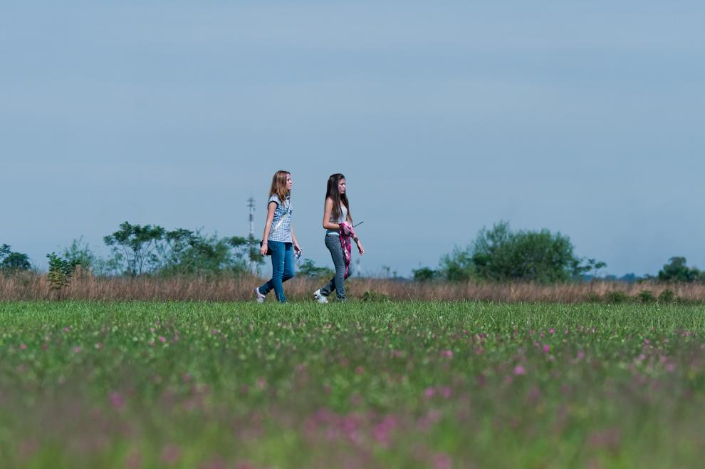 Jovenes en Ñu Guasú, caminan  rumbo al festival Yvy Marane'y, por uno de los accesos. (Elton Núñez - Asunción, Paraguay)