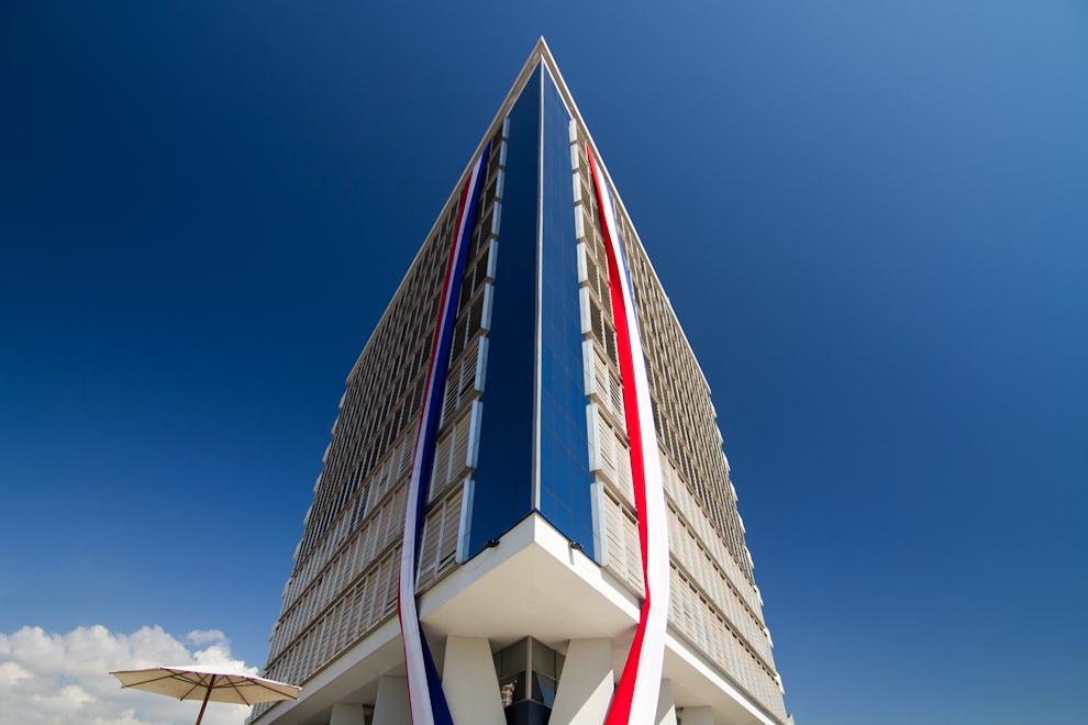 El imponente Hotel Guaraní Esplendor, decorado con dos grandes banderas paraguayas, todo un ícono del centro capitalino. (Tetsu Espósito - Asunción, Paraguay)