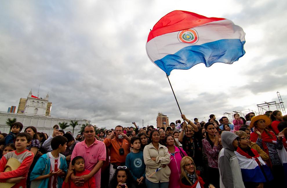 Una gran concurrencia tuvo la inauguración del Parque Bicentenario, situado detrás del Palacio de López, con una imponente vista de la bahía de Asunción, mientras se desarrollaba un espectáculo de globos aerostáticos. (Tetsu Espósito - Asunción, Paraguay)