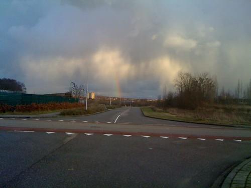 Een wel héél aparte lucht MET regenboog...