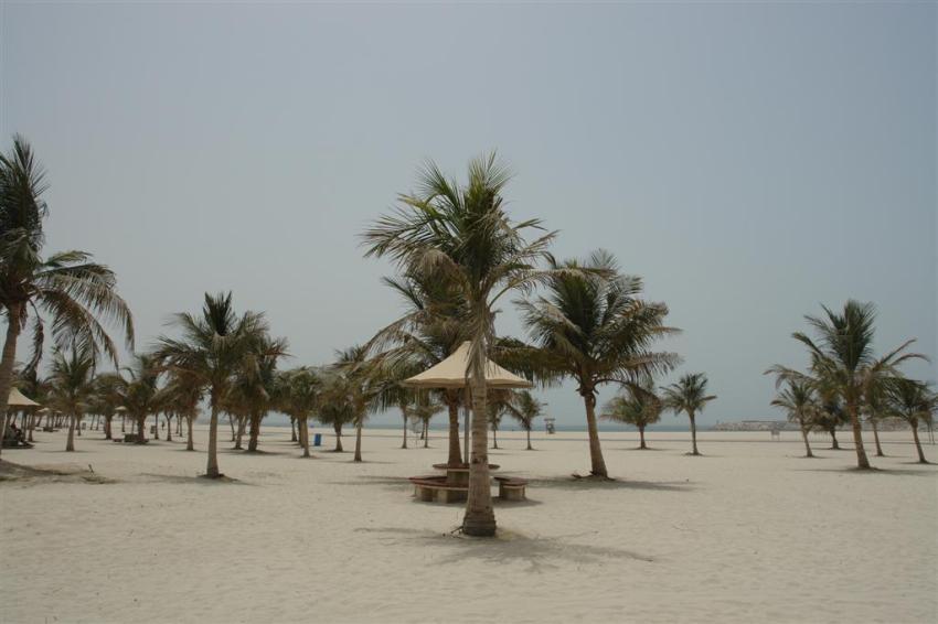Playa pública de Dubai, vacía por completo, el calor es terrible ...