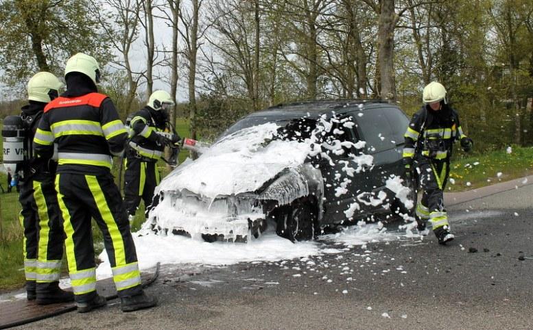 2017-04-27-Fotos-van-felle-autobrand-Trekwei-Driezum-55