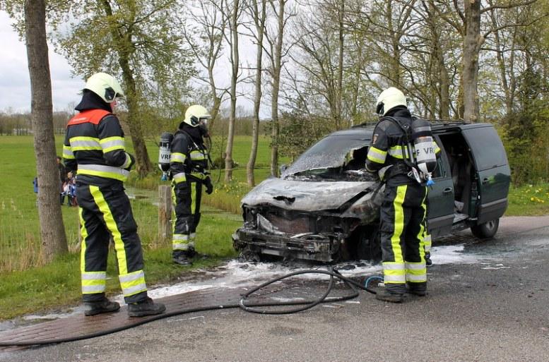 2017-04-27-Fotos-van-felle-autobrand-Trekwei-Driezum-43